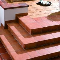 Красная клинкерная плитка для лестницы